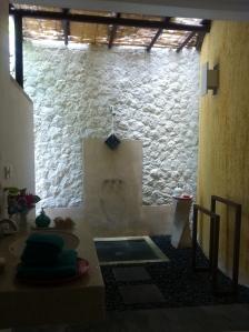 Kamar mandinya semi outdoor!