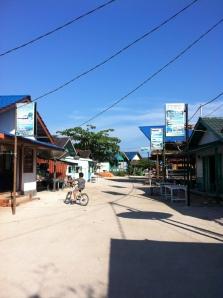 Pemukiman di belakang pantai Derawan
